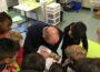 Daniel Born liest in der Zeyhergrundschule